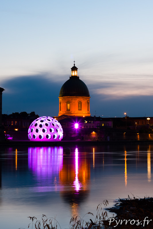 Festival international d'art de Toulouse, dôme de Buckminster Fuller et le dôme de Lagrave se reflètent dans la Garonne