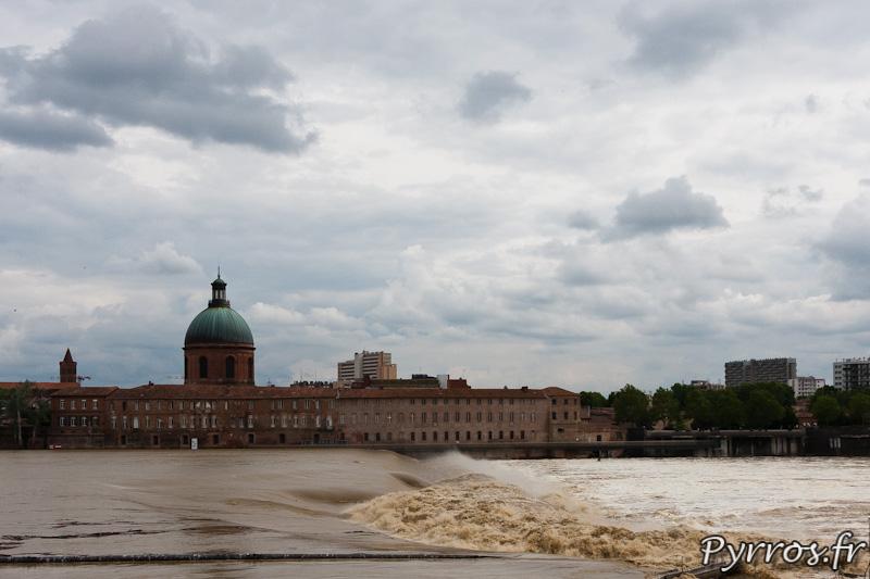 Que d'eau, que d'eau devant le dôme de Lagrave à Toulouse