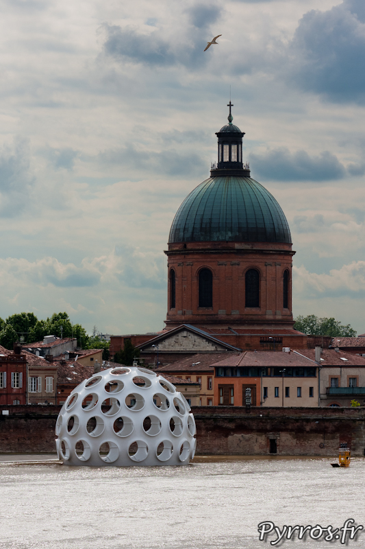 le dôme de Buckminster Fuller à les pieds dans l'eau
