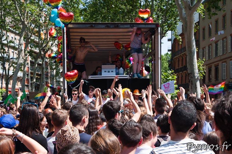 Grosse fête à l'arrière de l'un des camions qui animent cette marche des fiertés
