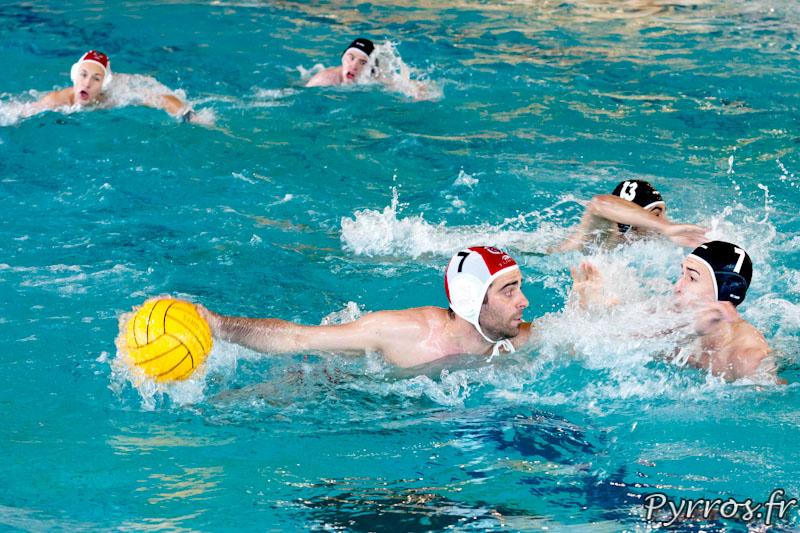 Le water-polo est un sport collectif aquatique : Attaque du toulousain Mathieu OLIVA et défense du joueur de Colmar Florent OLHMANN