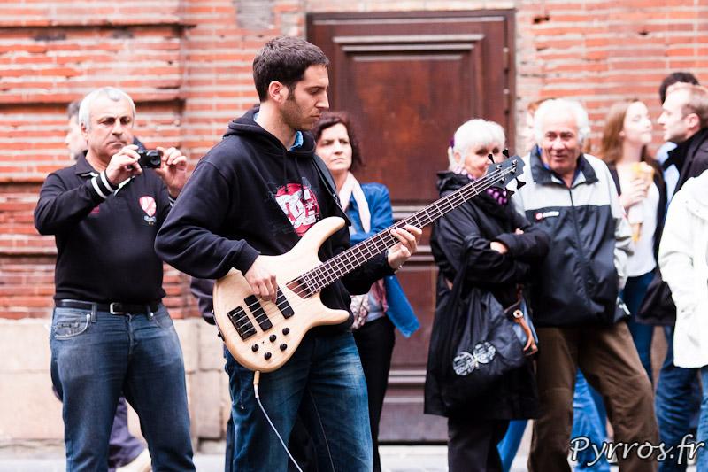 32 eme fete de la musique, le bassiste de Alambics devant le café Le Donjon en train de faire les balances