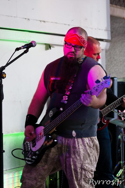 32 eme fête de la musique, le bassiste de Flippin'Heck au marché Victor Hugo
