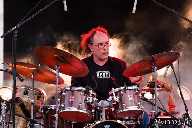 """21 juin 2013, 32eme fête de la musique à Toulouse, le batteur de Celui qui marche sur la grande """"Scène Nouveaux Talents"""""""