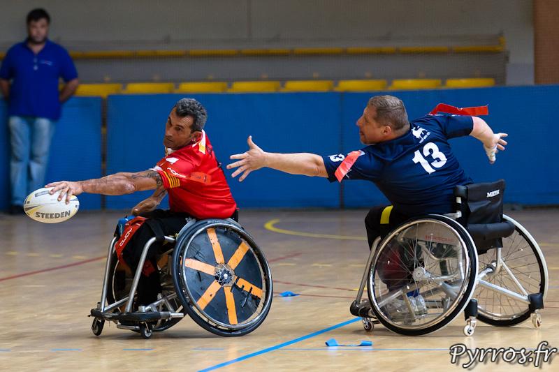 Rugby a XIII handisport, le joueur du Toulouse olympique XIII Handisport tente d'arracher le flag du joueur catalan