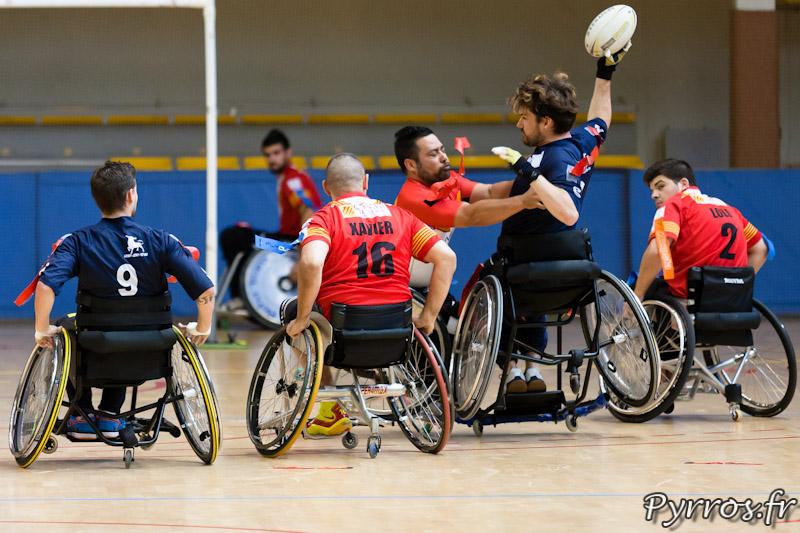 Rugby a XIII handisport, le joueurs du Toulouse olympique XIII handisport tente une passe avant l'arrachage du flag