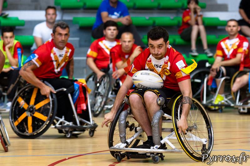 Rugby a XIII handisport, contre attaque du joueur des Dragons Catalans