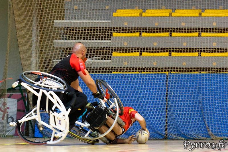 Rugby a XIII handisport, le joueur des Dragons Catalans se jette sur la ligne d'en but pour echapper a la defense du joueur toulousain et marquer un essai