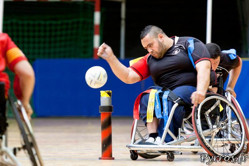 Rugby a XIII handisport, le joueur du Stade Toulousain remet en jeu le ballon apres avoir encaisser un essai