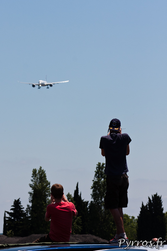A son retour les passionnés et spotters sont montés sur les voitures pour photographier l'A350XWB