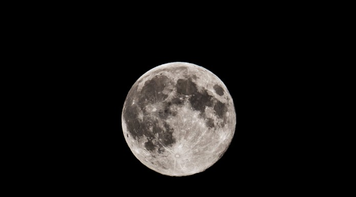 Pleine lune dans le massif de la montagne noire. On voit clairement les crateres et autres reliefs du satellite de la terre