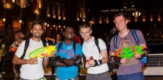 Roulez Rose organise avec l'aide des pompiers de Toulouse la rando roller pistolets à eau, place du Capitole l'arrosage est léger.