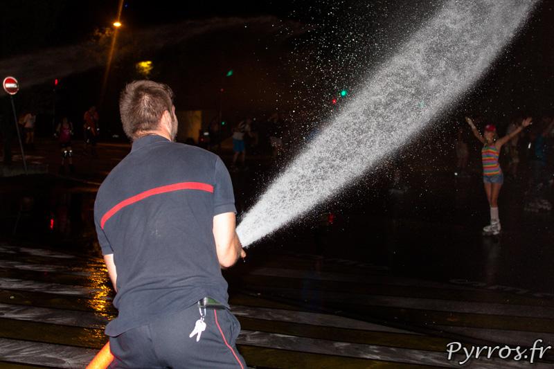 Au passage de la rando les pompiers arrosent les patineurs, Roulez Rose organise avec l'aide des pompiers de Toulouse la rando roller pistolets à eau