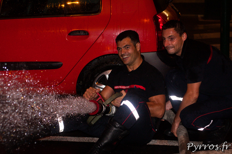 A la Caserne de Lougnon les pompiers, cachés, arrosent les patineurs, Roulez Rose organise avec l'aide des pompiers de Toulouse la rando roller pistolets à eau