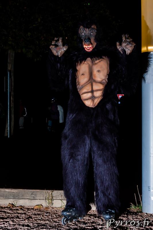 King Kong cherche une tour à escalader lors de la Randoween, organisée par Roulez Rose