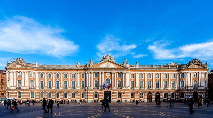 La place du Capitole est baignée par le soleil
