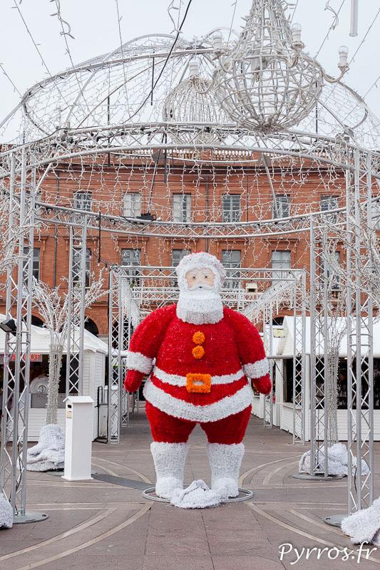 De jour le Père Noël géant du Marché de Noël à Toulouse est seul.