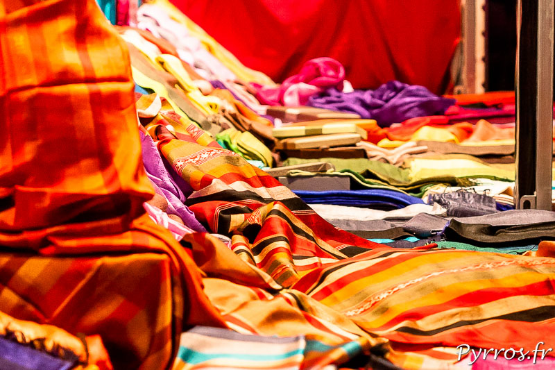 Eclat de couleurs chez ce vendeur d'écharpes au Marché de Noël à Toulouse