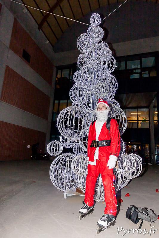 Le Père Noël à Roller pose devant le sapin lumineux