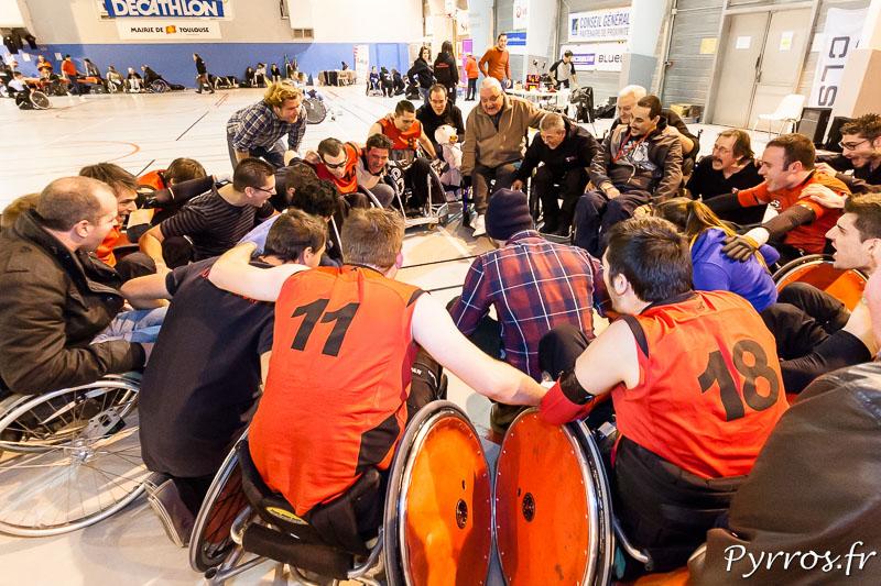 Après le match les joueurs et l'encadrement du STRH se retrouvent pour savourer ensemble cette victoire si importante.