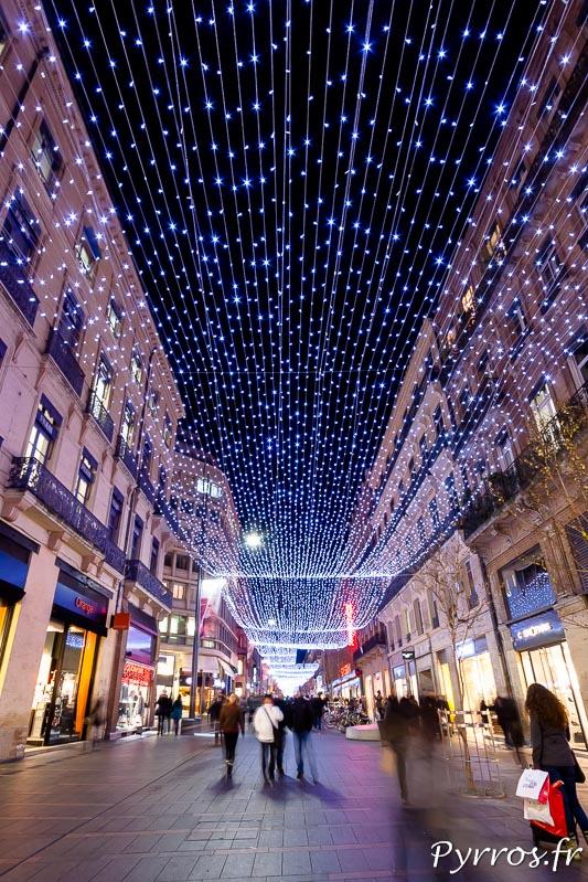 La rue Alsace Lorraine brille sous le drapé lumineux de 800m de longueur