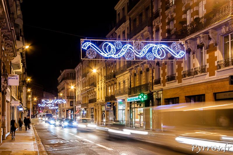 Rue de Metz et dans de nombreuses rues commerçantes de la ville, des motifs lumineux clignottent