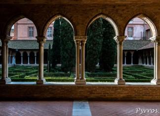 Les arches du cloitres ouvrent les galeries vers un petit jardin et font rentrer la lumière