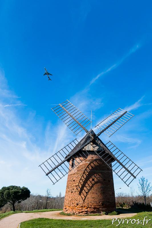 Les bélougas transportant les pièces détachées qui composent les avions survolent le moulin de Saint Martin du Touch