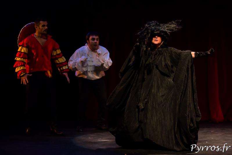La sorcière en quête de baisers dans la pièce Amour, Gloire et Crustacés