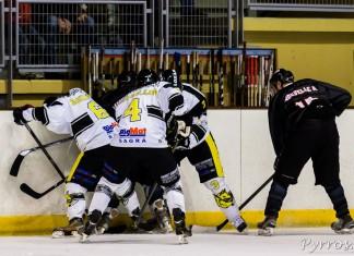 Un joueur de Blagnac est coincé contre la rambarde par 3 joueurs de Roanne qui tentent de prendre le palet