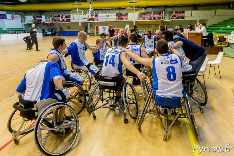 L'équipe de Cantù se regroupe avant le match pour s'encourager