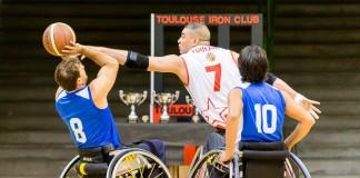 Mohamed EL HADDEF (7) contre le lancé de Roei ROZENBERG (8) sous le regard de Tomer SASON (10)