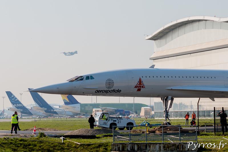 Le nez caractéristique du concorde, regarde l'empennage des A380 alors que décole un A400M