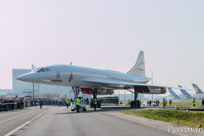La manœuvre est délicate pour faire tourner le Concorde