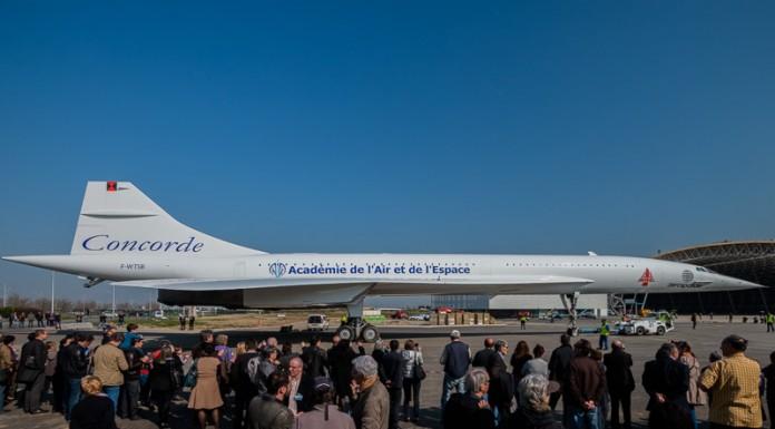 De nombreuses personnes regardent le Concorde s'avancer vers le musée Aéroscopia