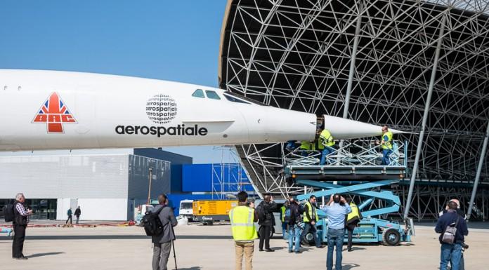 Avant de rentrer, les techniciens démontent le nez du Concorde pour pouvoir le manoeuvrer dans le hangar