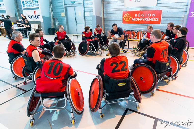 Le coach toulousain du STRH Quad Rugby équipe 2, Clément TREZEUX donne ses dernières consignes