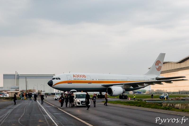 L'Airbus A300B quitte le tarmac pour traverser la rue Roger Béteille (directeur du programme Airbus A300)