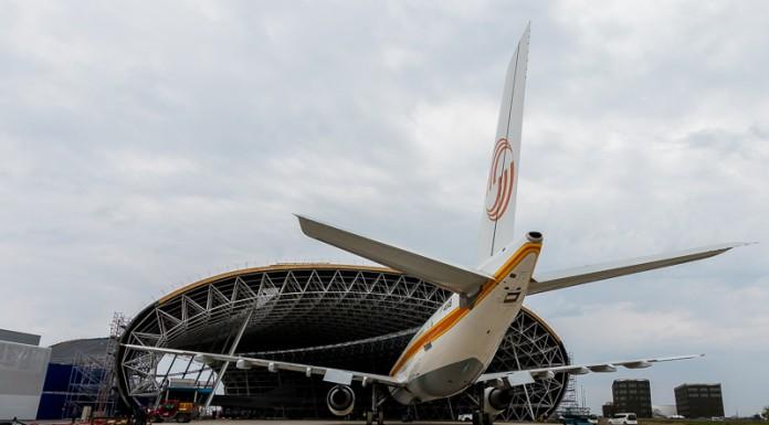 L'Airbus A300B est positionné devant la grande hall avant d'être placé à coté du Concorde