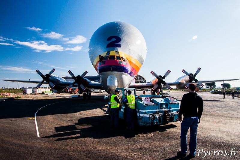 Les Ailes Anciennes conduisent le Super Guppy vers le musée Aéroscopia, après les difficile manoeuvre une pause permet aux spectateur de prendre ce drole d'avion en photo