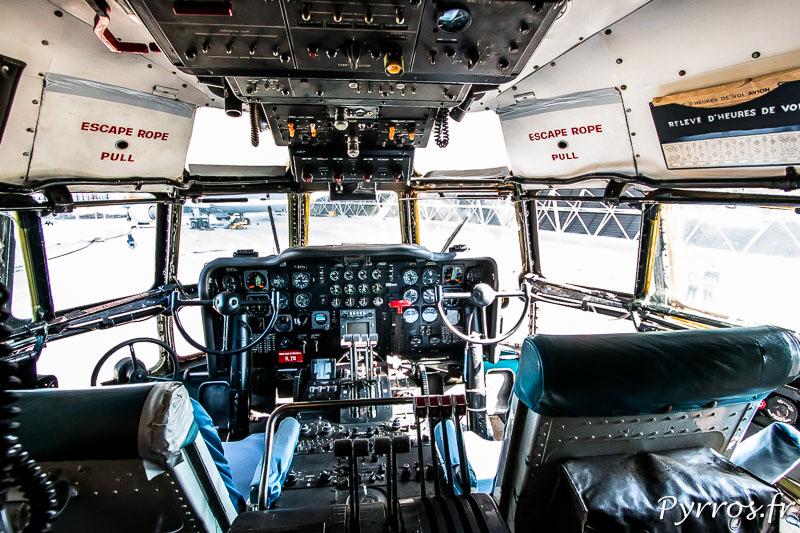 Le cockpit du Super Guppy vu depuis la place du mécano, il règne ici une forte odeur de graisse