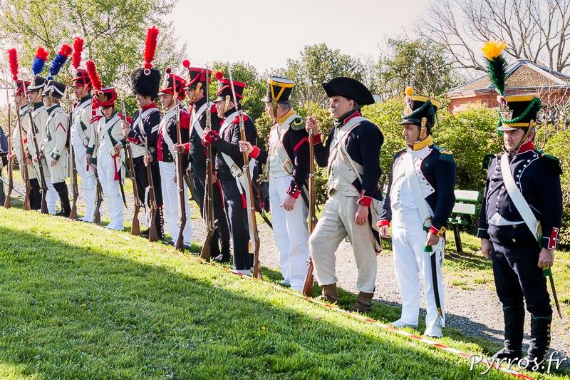 Les reconstituants représentants des troupes françaises sont alignés