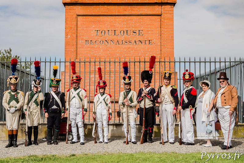 Au pied de la Colonne posent les reconstituants en tenues Napoléoniennes les mêmes que le 10 avril 1814 lors de la Bataille de Toulouse