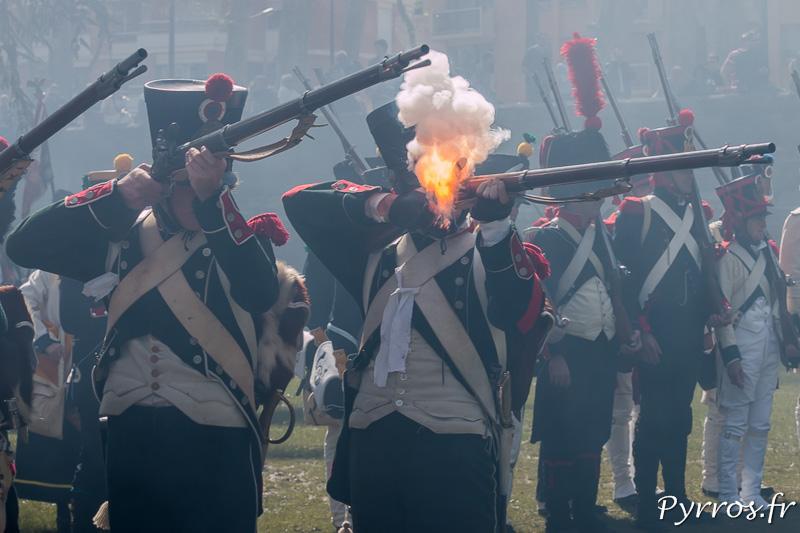 Le système de mise à feu crache une imposante flamme au visage