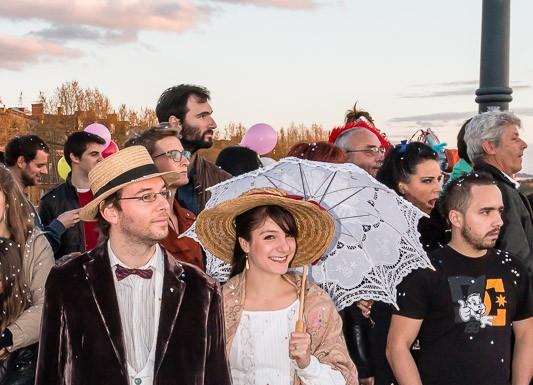 Dans la foule de nombreuses personnes sont déguisées, ici en costume des années 30