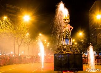 Entouré par les carnavaliers, Mr Carnaval est condamné au bucher