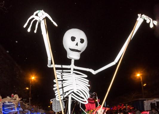 Un squelette géant surprend la foule