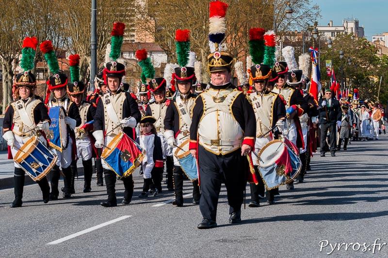Les troupes défilent dans les rues de Toulouse accompagnées par la musique de Saint-Lys en uniforme du Premier Empire