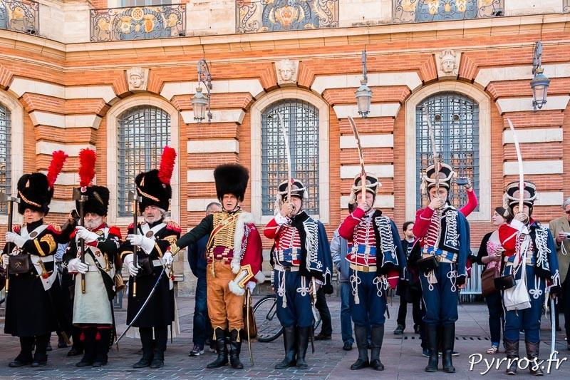 Les français sont au garde à vous durant les hymnes des pays engagés le 10 avril 1814 lors de la bataille de Toulouse