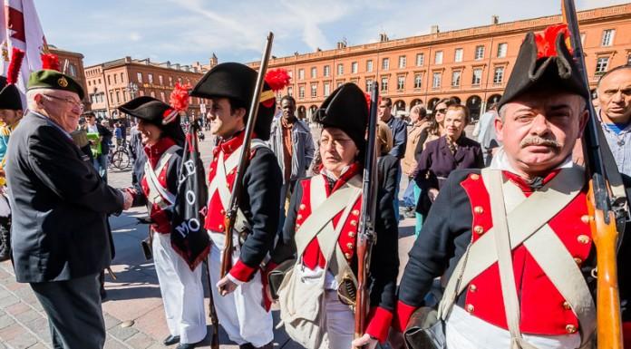 Remise de médaille aux chefs des groupes pour les remercier de leur participation au commémoration du bicentennaire de la bataille de Toulouse